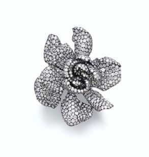 """パヴェセットダイヤがくちなしの花を形取る""""ガーデニア""""リング。落札価格 $486,400"""