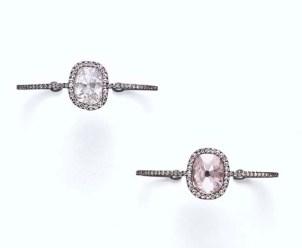無色と淡いピンクのクッションカット ダイヤがあしらわれたバングルセット。落札価格$1,136,000(約1億3600万円)